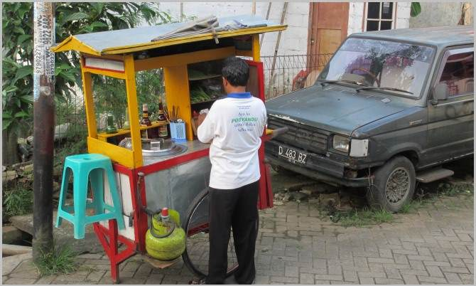 The street vendor and his mobile food stall.